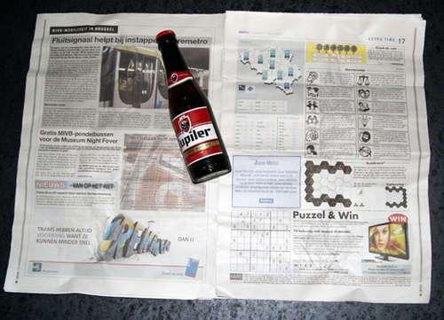 59674992 - Como abrir una botella de cerveza con una hoja de periódico o un billete